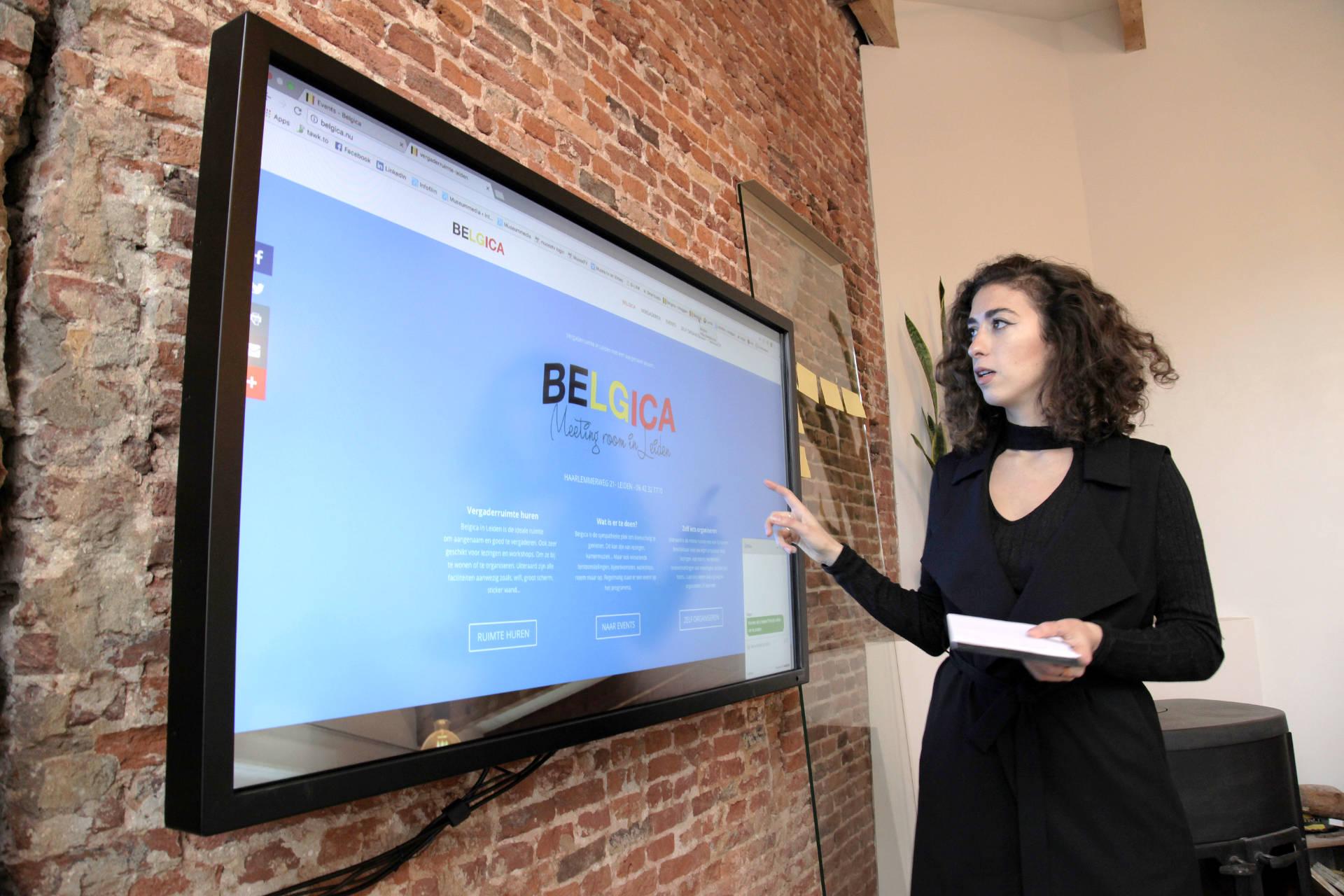 Groot touchscreen in de vergaderruimte maakt presentaties tot een belevenis.