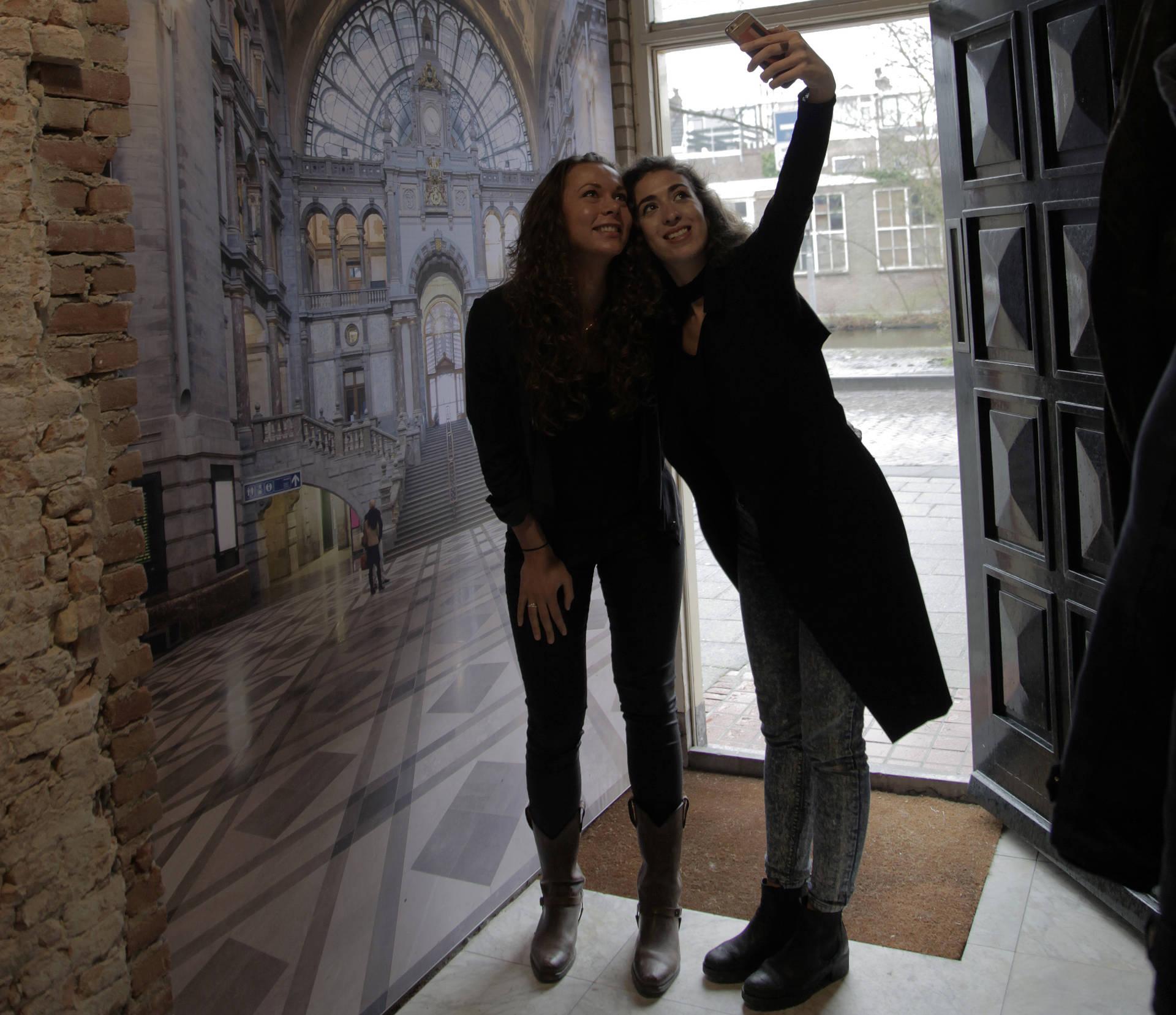 Maak een selfie bij Belgica in Leiden alsof je in Antwerpen bent